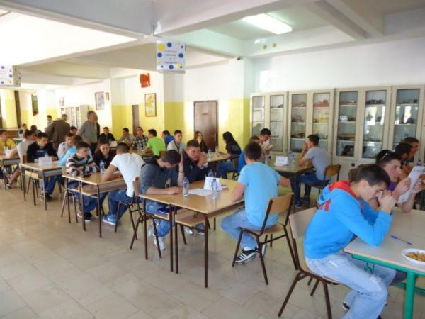 Učenici srednjoškolci sjede u klupama