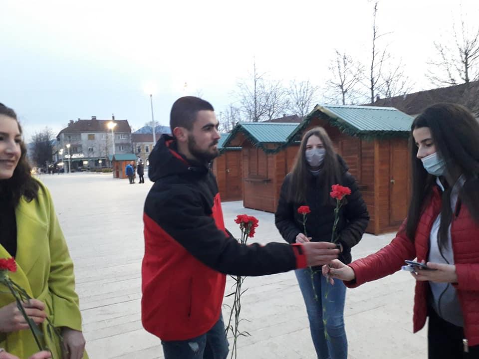Volonteri Mladiinfo Montenegro danas izmamili osmijeh Nikšićankama