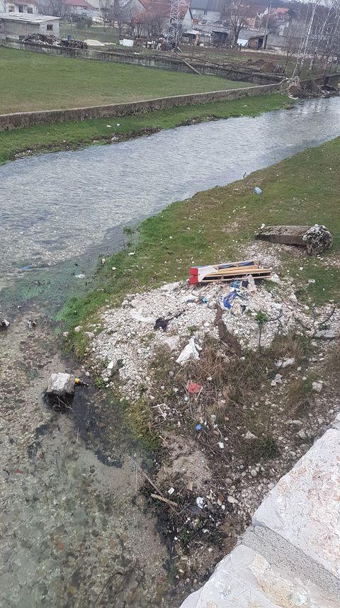 Čitaoci šalju: Otpad na mostu na Duklu