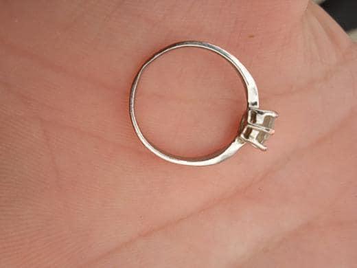 Pronađen zlatni prsten U Nikšiću je danas pronađen zlatni prsten. Vlasnik prstena da se javi u inboh stranice