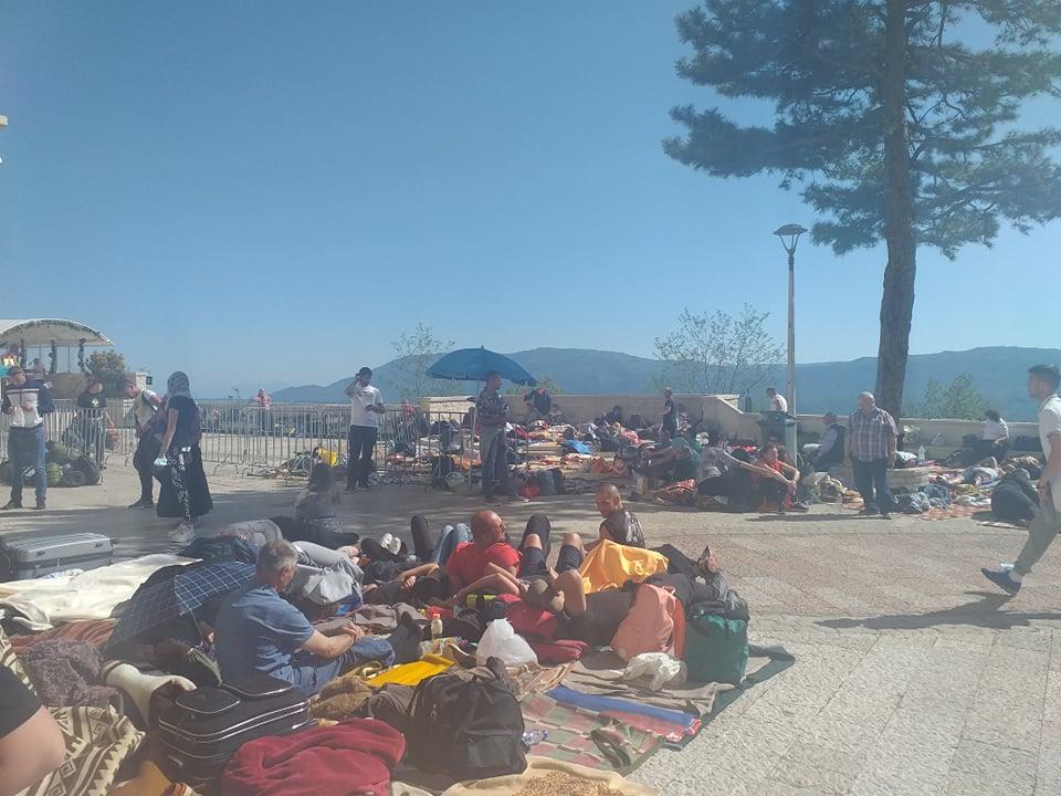 Veliki broj vjernika polako se okuplja kod manastira Ostrog