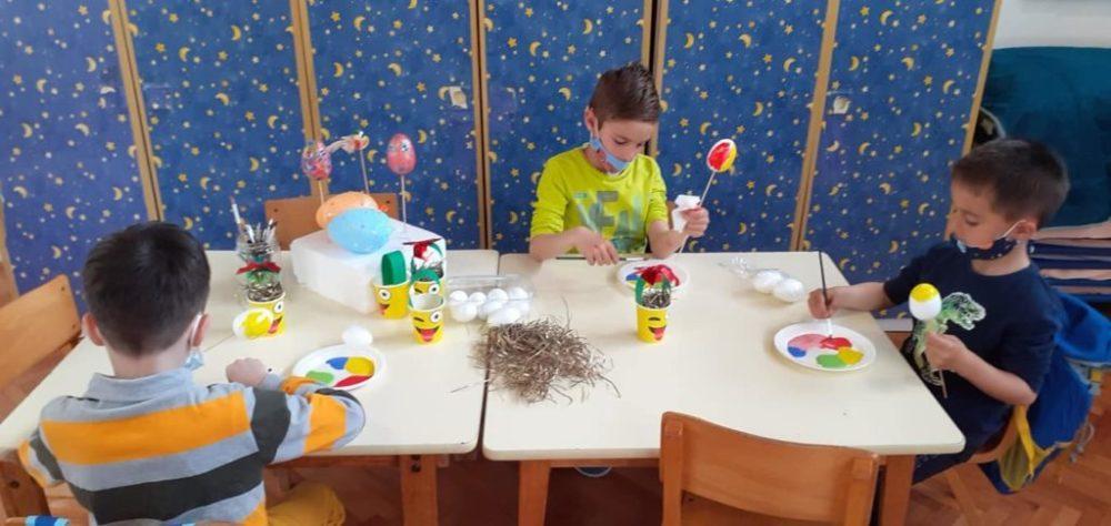 Mališani iz Pčelice pravili razne dekoracije za Vaskrs