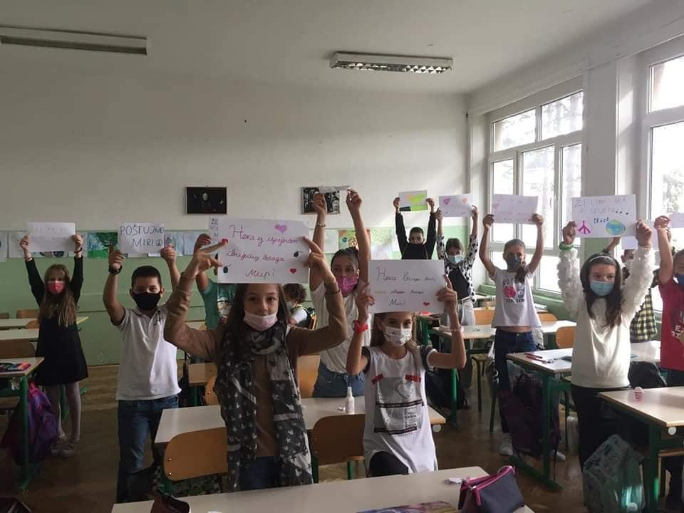 """U OŠ """"Olga Golović"""", povodom Međunarodnog dana mira, učenici V razreda su odradili radionicu na kojoj su slikali likovne radove i pisali poruke na istoimenu temu."""